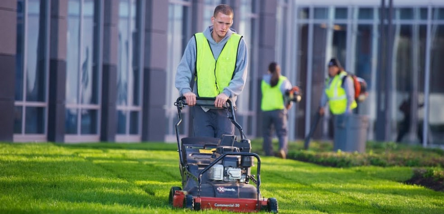 Choosing a commercial landscape maintenance contract